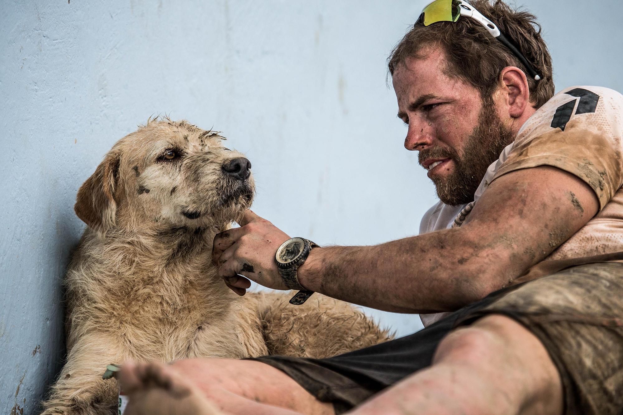 stray-dog-follows-endurance-racers-04