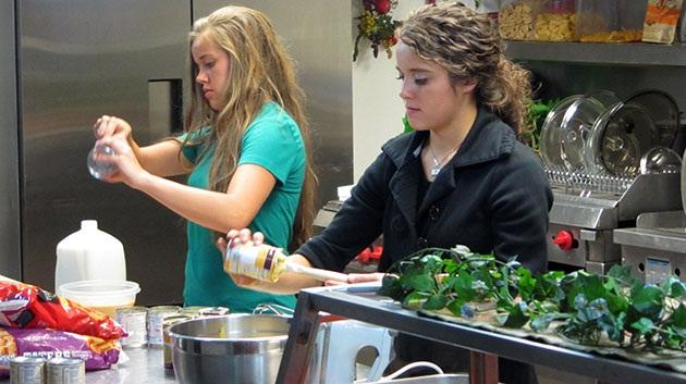 media-images-promos-2013-01-duggar-cooking-meal-planning-630x353-jpg