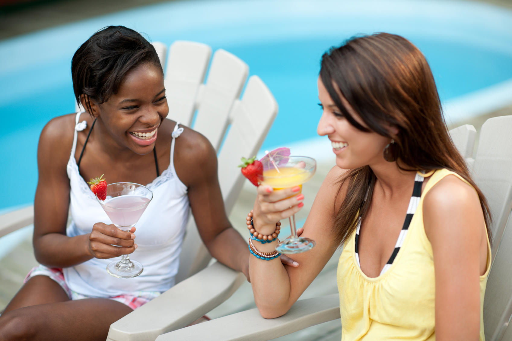picture of women drinking summer drinks