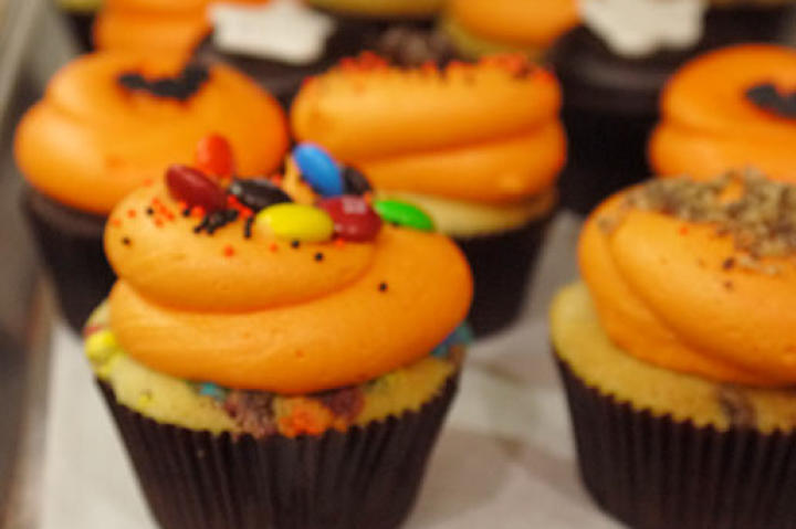 These trick-or-treat candy bar cupcakes feature 12 different types of candy and totally festive frosting.