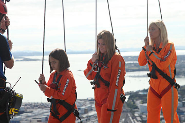 Kate Gosselin and daughter Cara take on a wild New Zealand adventure at Auckland's Sky Walk!
