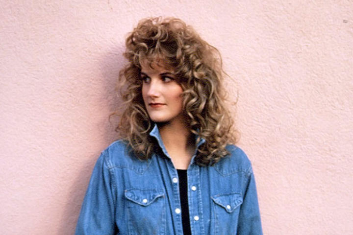 Trisha Yearwood poses for a photoshoot in 1991.