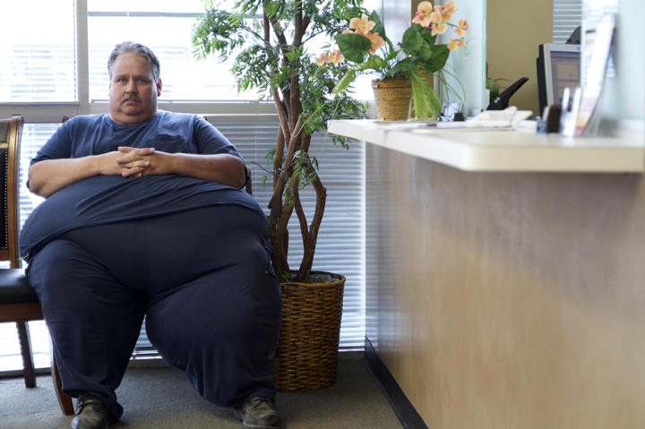 At 693 pounds, Chuck finds everyday tasks to be challenging. Because of his size, he's unable to help out around the house, which is causing a huge strain on his marriage.