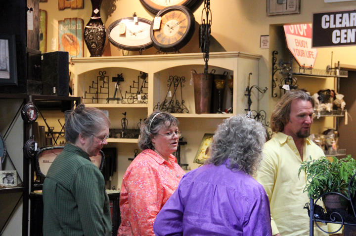 Bonnie (Meri's mom), Alice (Robyn's mom), Genielle (Kody's mom), and Kody shop for Mother's Day gifts for Kody's wives.