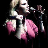 In 2000 Trisha Yearwood performed in the United Kingdom.