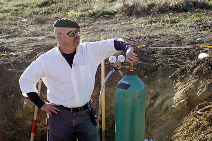 A methane gas tank joins Jamie Hyneman at the Alameda Bomb Range in order to test a scene from