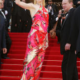 """Nicole Kidman waves to the crowd at the premiere of """"Dogville&quo"""