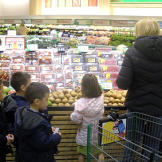 Kate and the kids shop for ingredients for their Hodge Podge dinner.